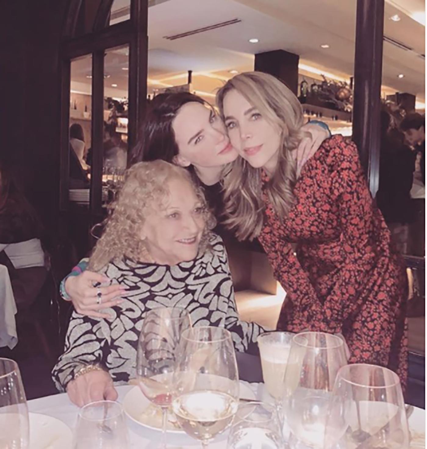 Belinda con su mama y abuela