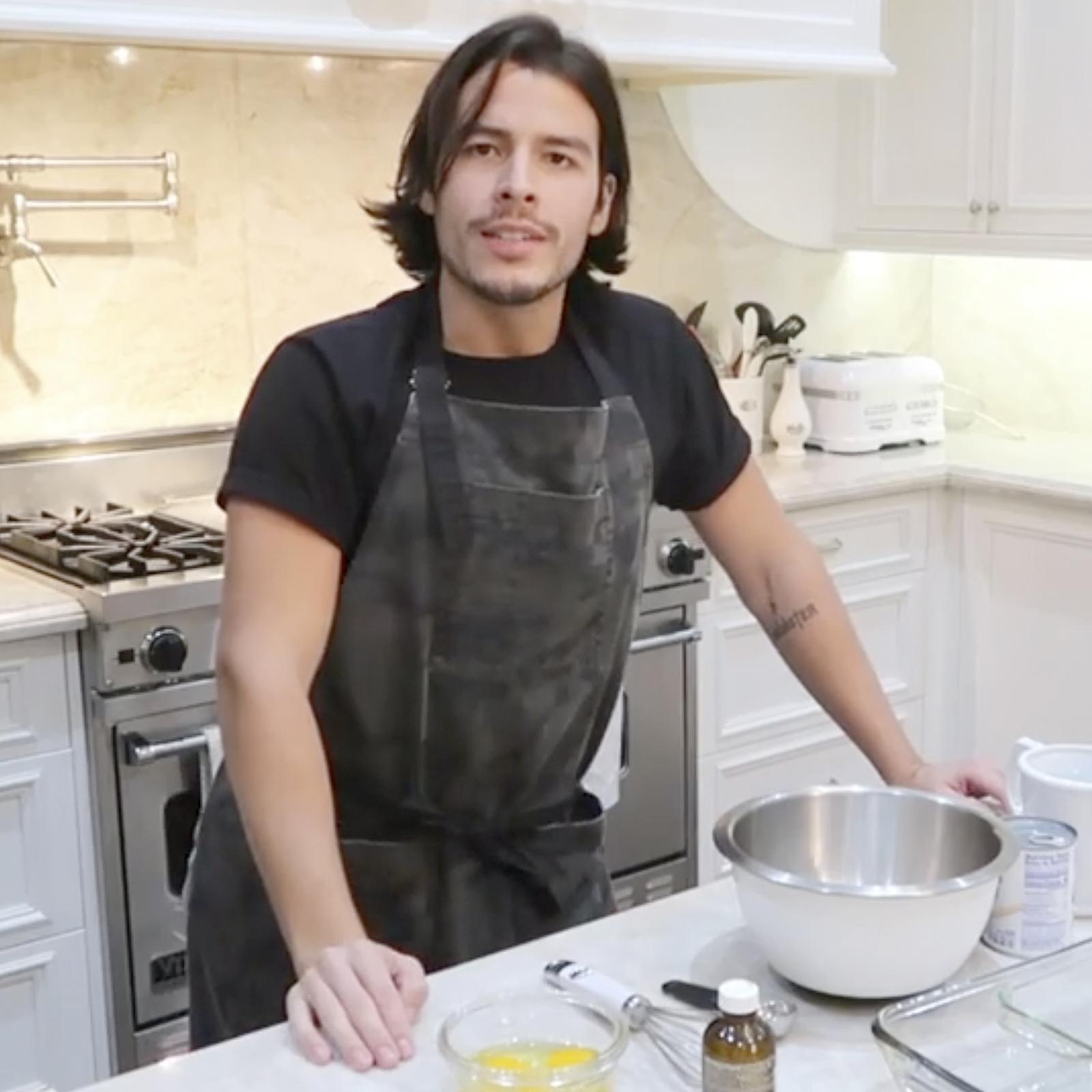 Manolo González hijo de Sofía Vergara cocinando