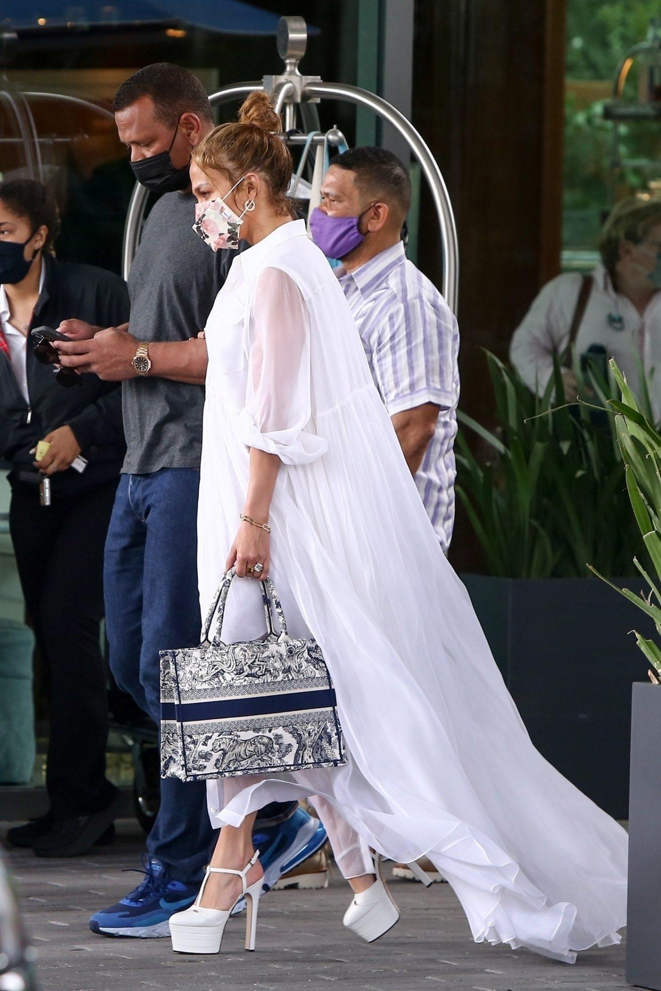 Jennifer lopez, look del dia, vestido maxi, vestido blanco, miami