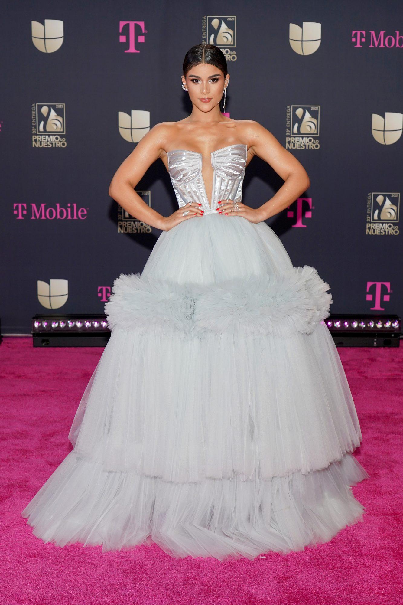 Clarissa Molina, vestido, alfombra magenta, premio lo nuestro 2021