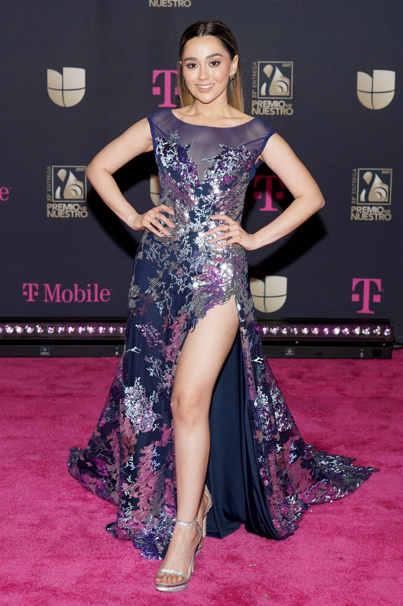 La joven cantante llegó a la premiación este hermoso vestido azul marino con estampado floral y pronunciada abertura frontal.