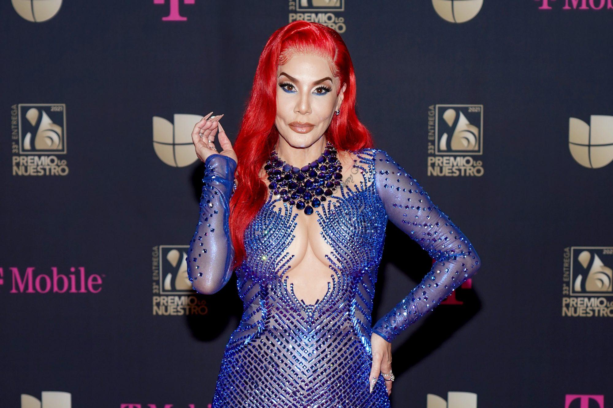 Ivy Queen, cabello rojo, peinado, maquillaje, premio lo nuestro 2021