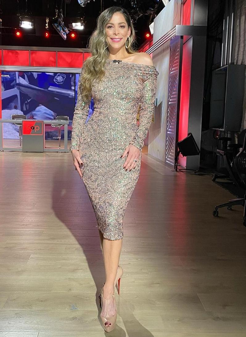 Para la más reciente entrega de Sal y pimienta (Univision), la presentadora eligió este ceñido vestido de brillo que le sentaba de maravilla a su figura.