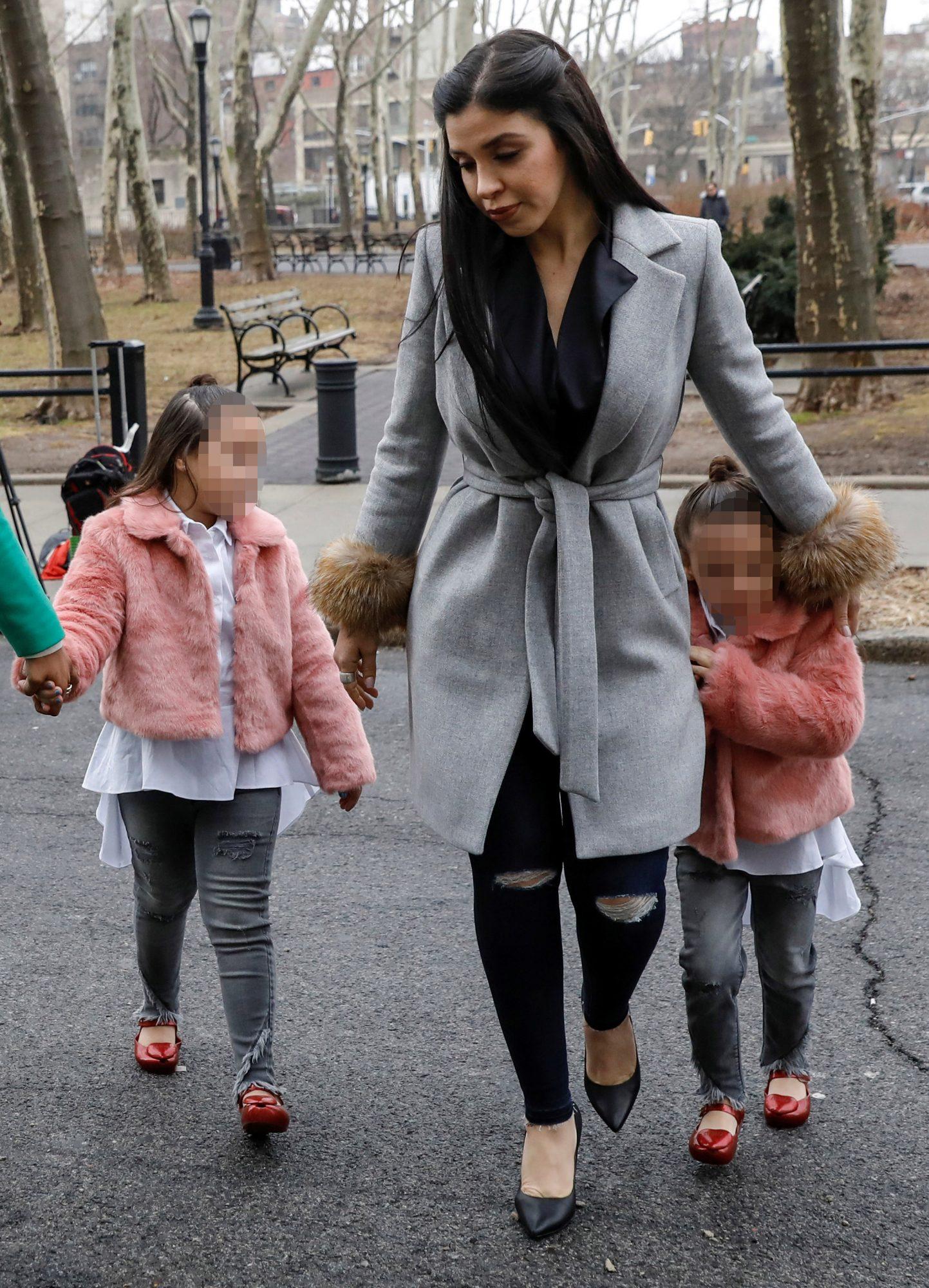 Emma Coronel y sus hijas