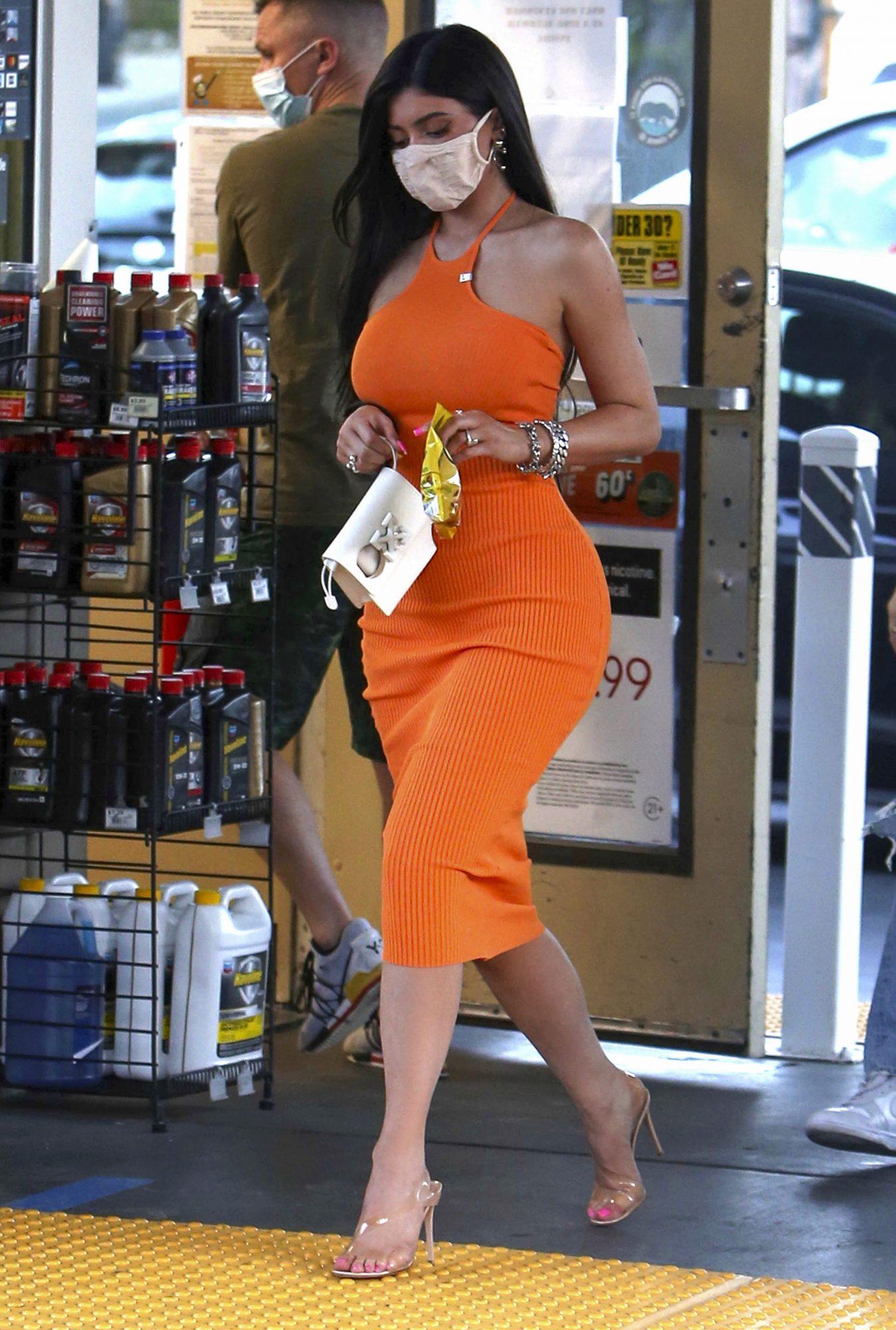 Kylie Jenner, look del dia, vestido naranja