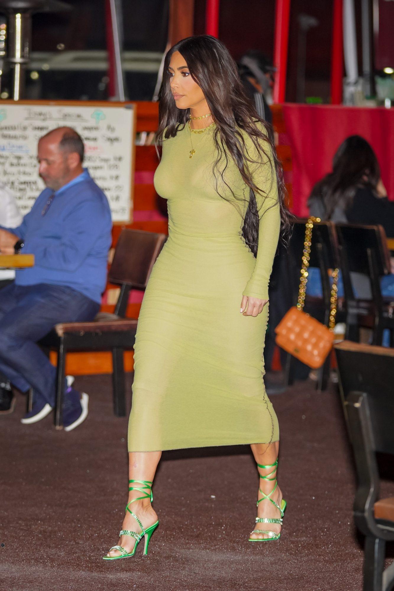 Kim Kardashian, look del dia, curvas, vestido verde