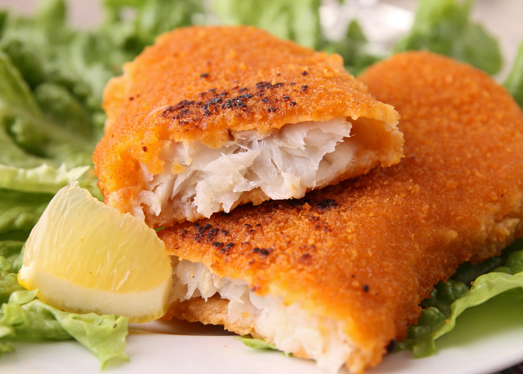 Filete de pescado empanizado con aderezo tipo ranch