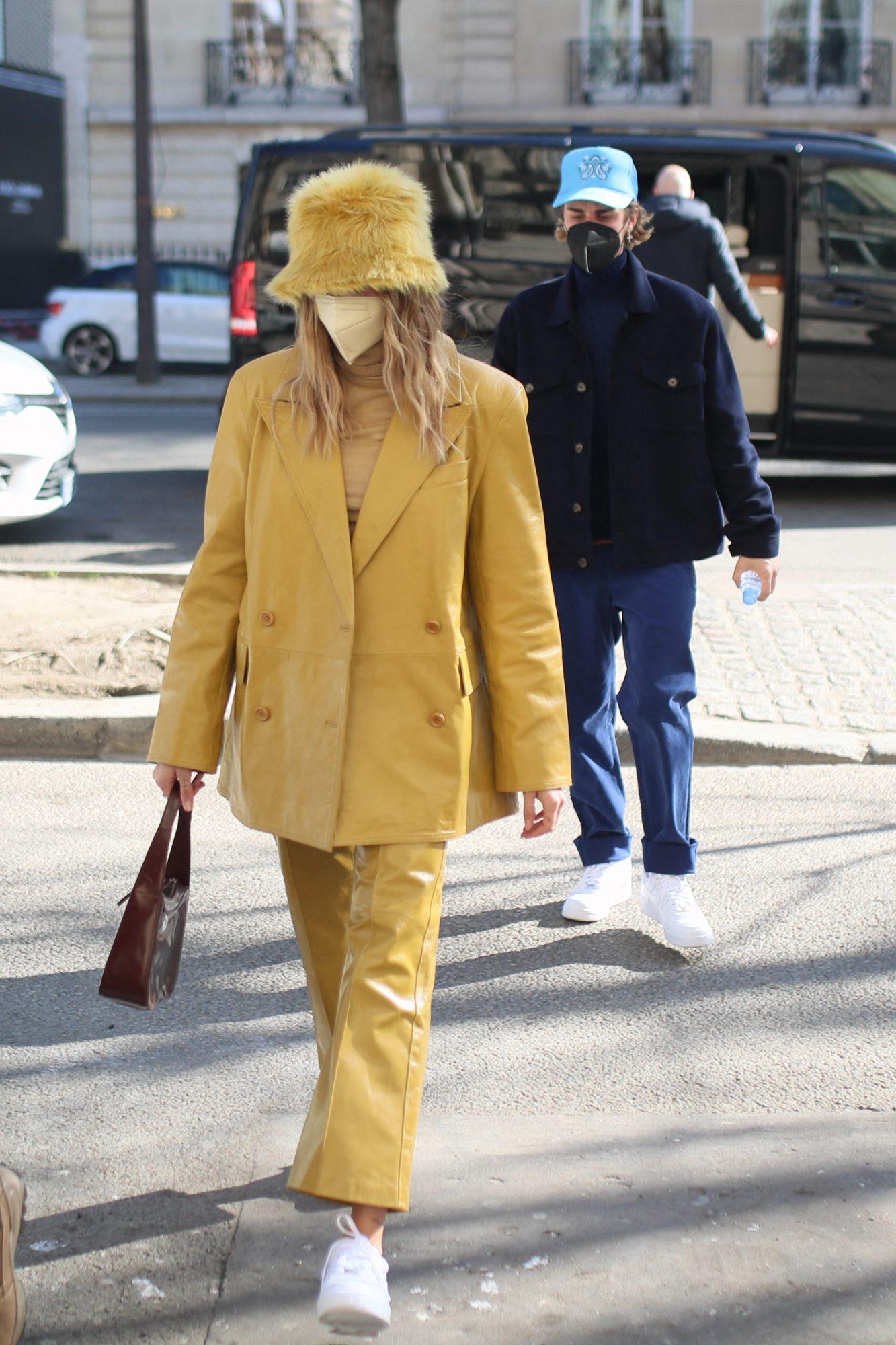 Hailey Bieber, look del dia, conjunto amarillo de cuero, Paris