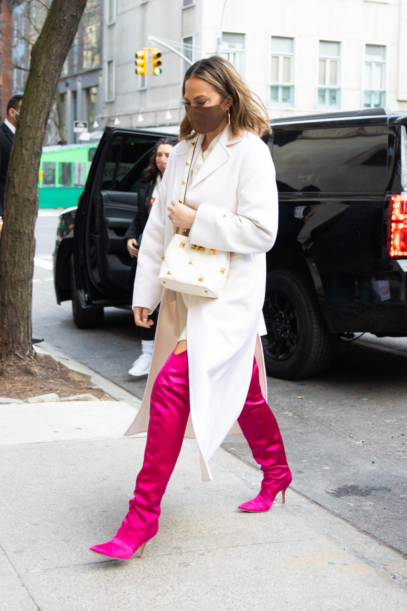 Chrissy Teigen, look del dia, botas rosadas