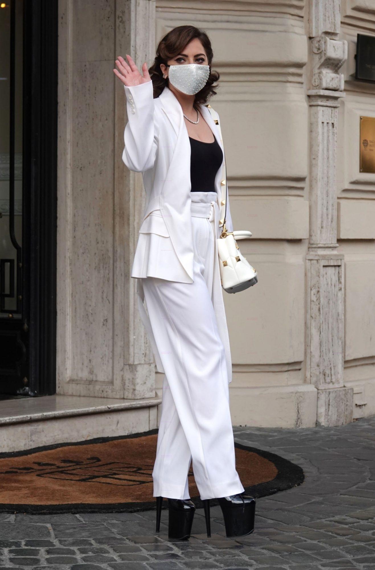 Lady Gaga, Roma, conjunto blanco, zapatos de plataforma