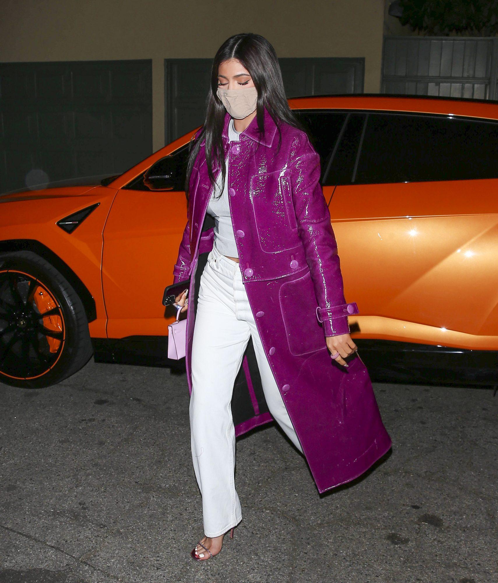 Kylie Jenner, look del dia, abrigo morado, los angeles