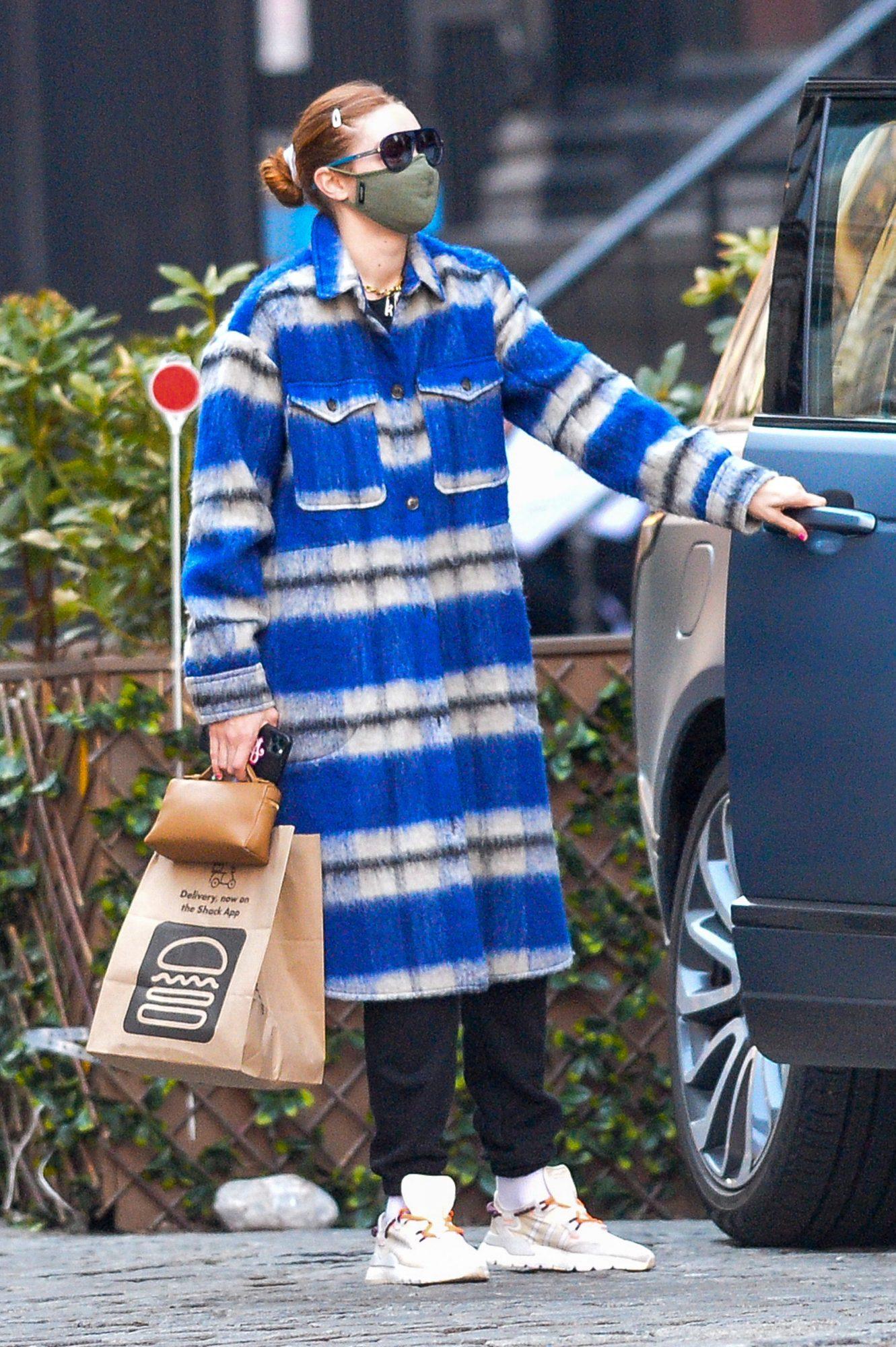 Gigi Hadid, look del dia, abrigo de cuadros, cabello rojo