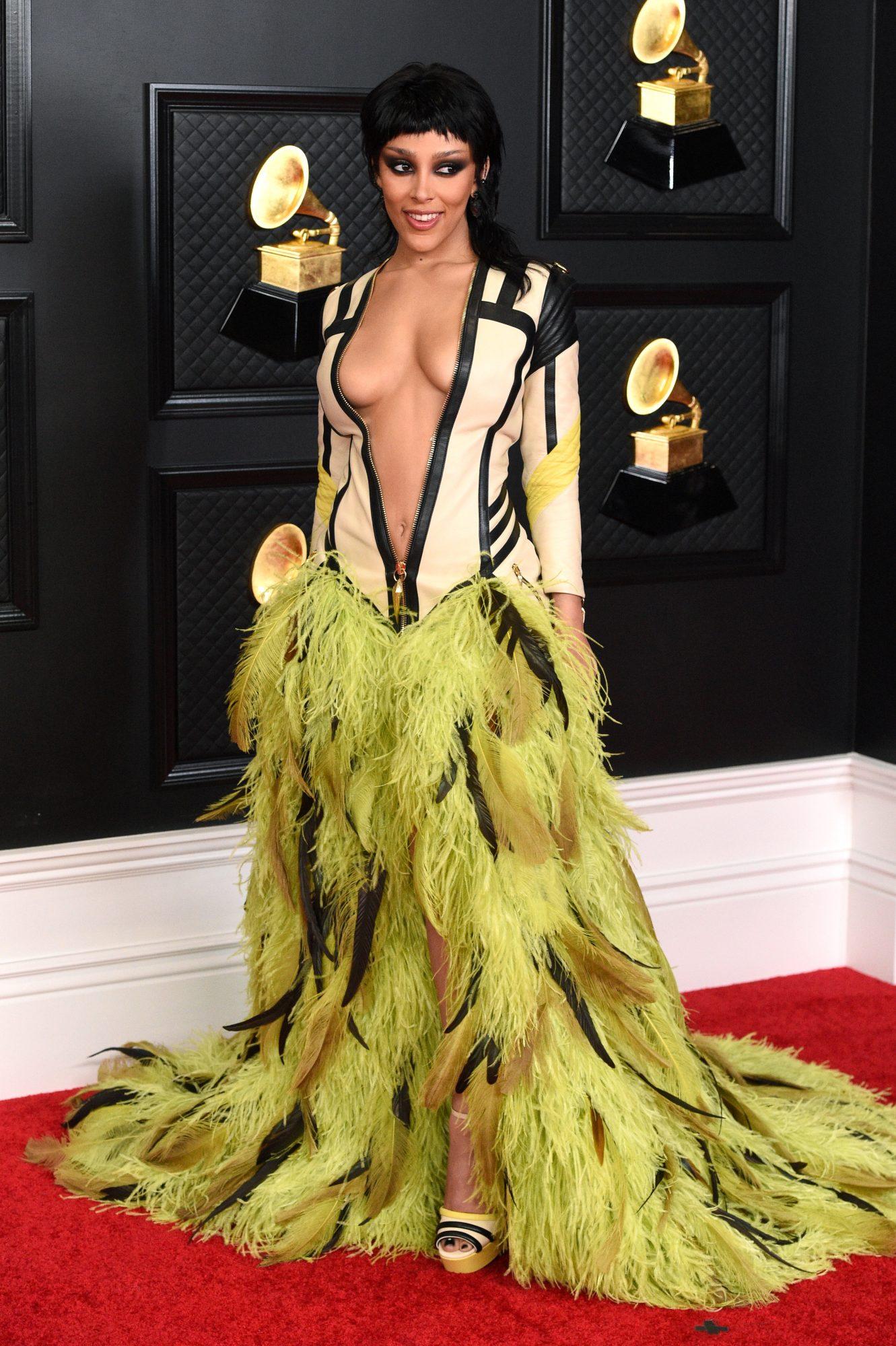 Doja Cat, look, vestido de plumas, Grammy 2021