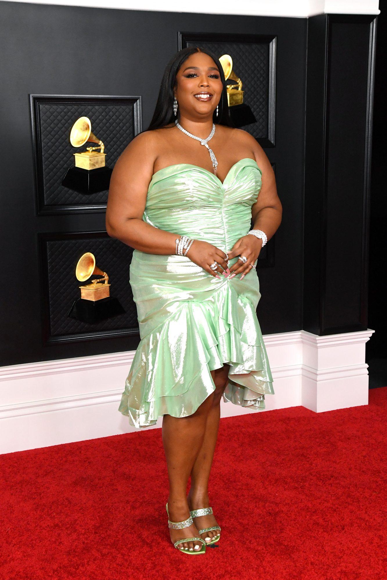 Lizzo, look, vestido verde, grammy 2021