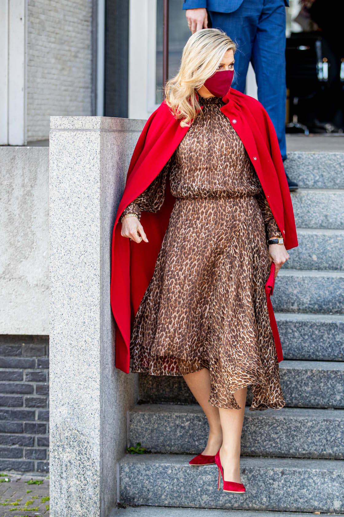 Reima Maxima, vestido con estampado animal, abrigo rojo