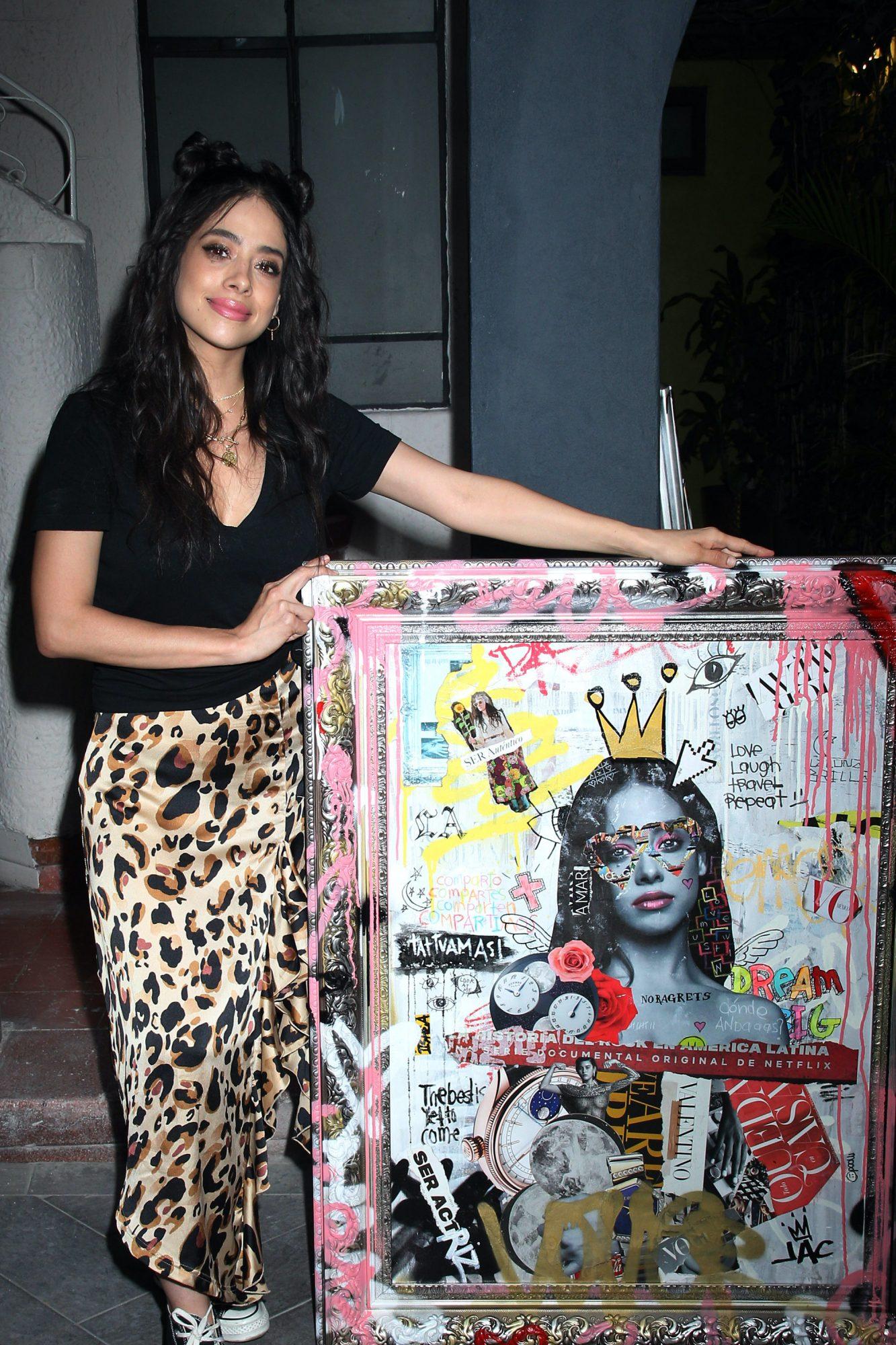 """Fátima Molina, protagonista de la telenovela """"¿Te Acuerdas De Mí?"""", recibe un cuadro personalizado de parte del artista plástico Josue Cornejo"""