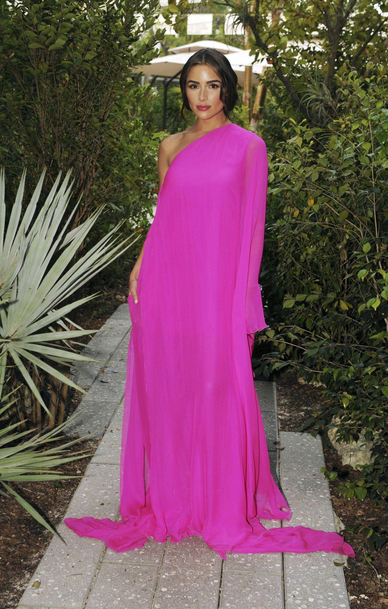 Olivia Culpo, miami, vestido fucsia, Instalacion de Valentino, Miami