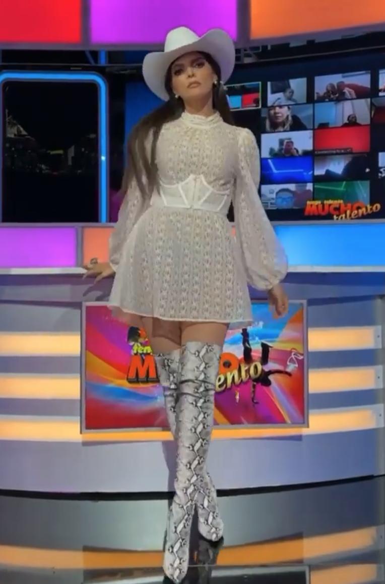 Ana Barbara, minivestido blanco, botas a la rodilla