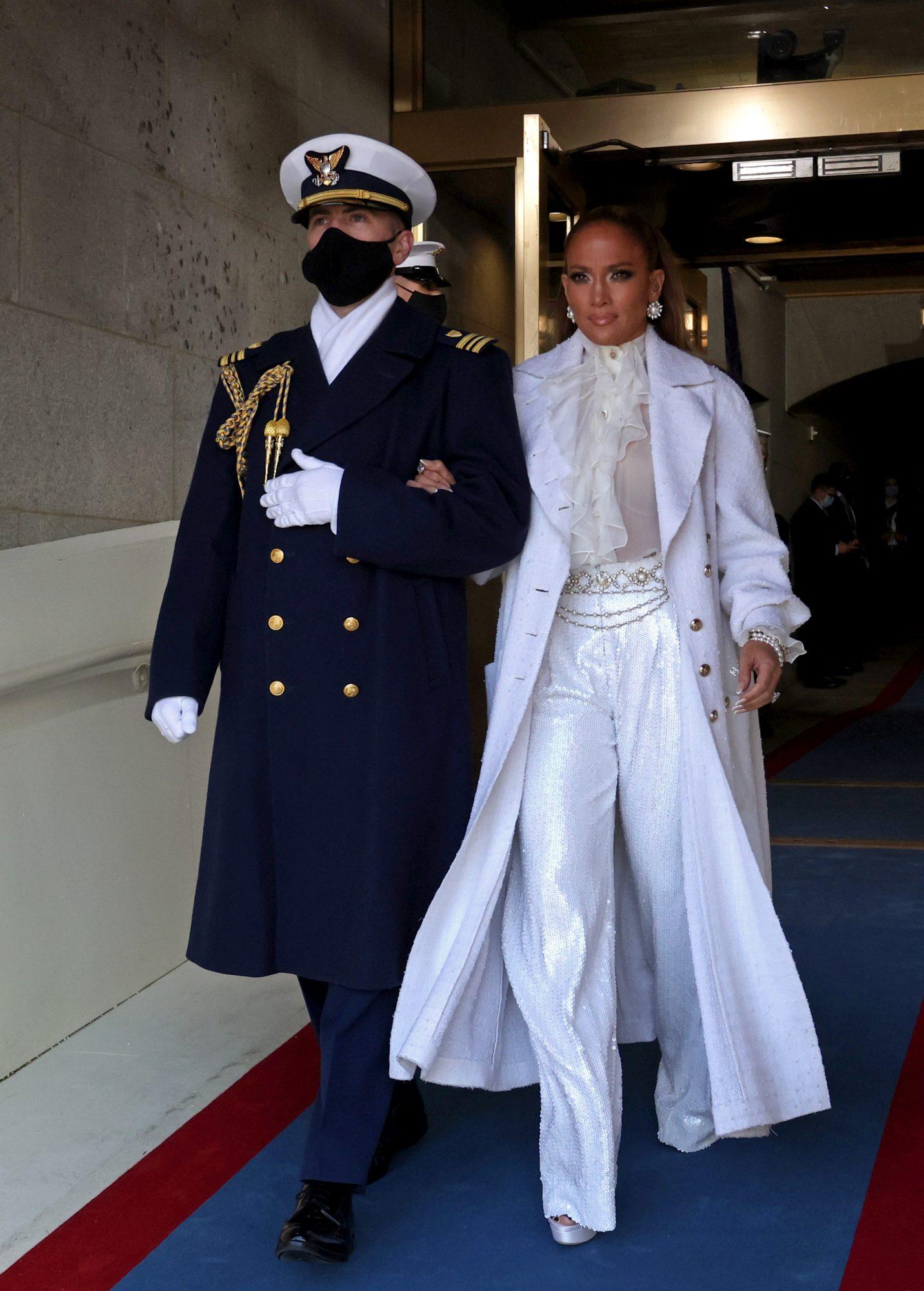 Jennifer Lopez, pantalones blancos anchos