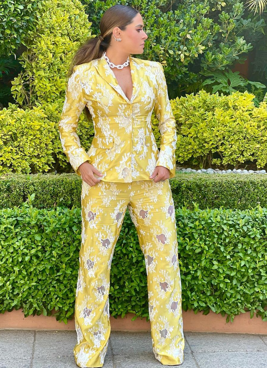 Galilea Montijo, look del dia, conjunto amarillo, pantalon y chaqueta