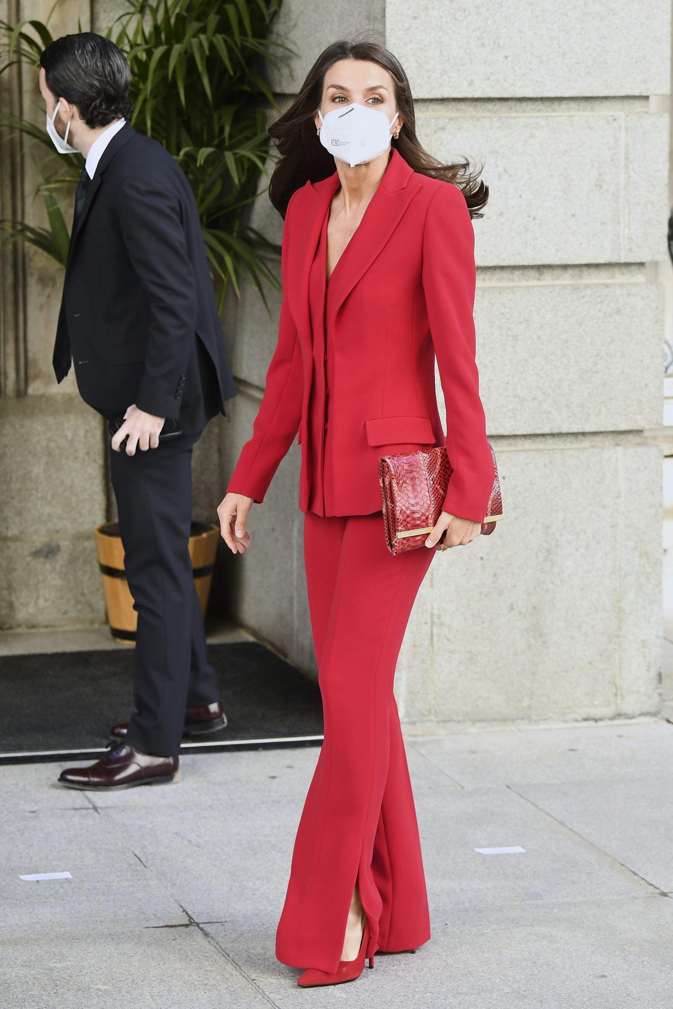 Reina Letizia, conjunto rojo de pantalon y chaqueta, Madrid