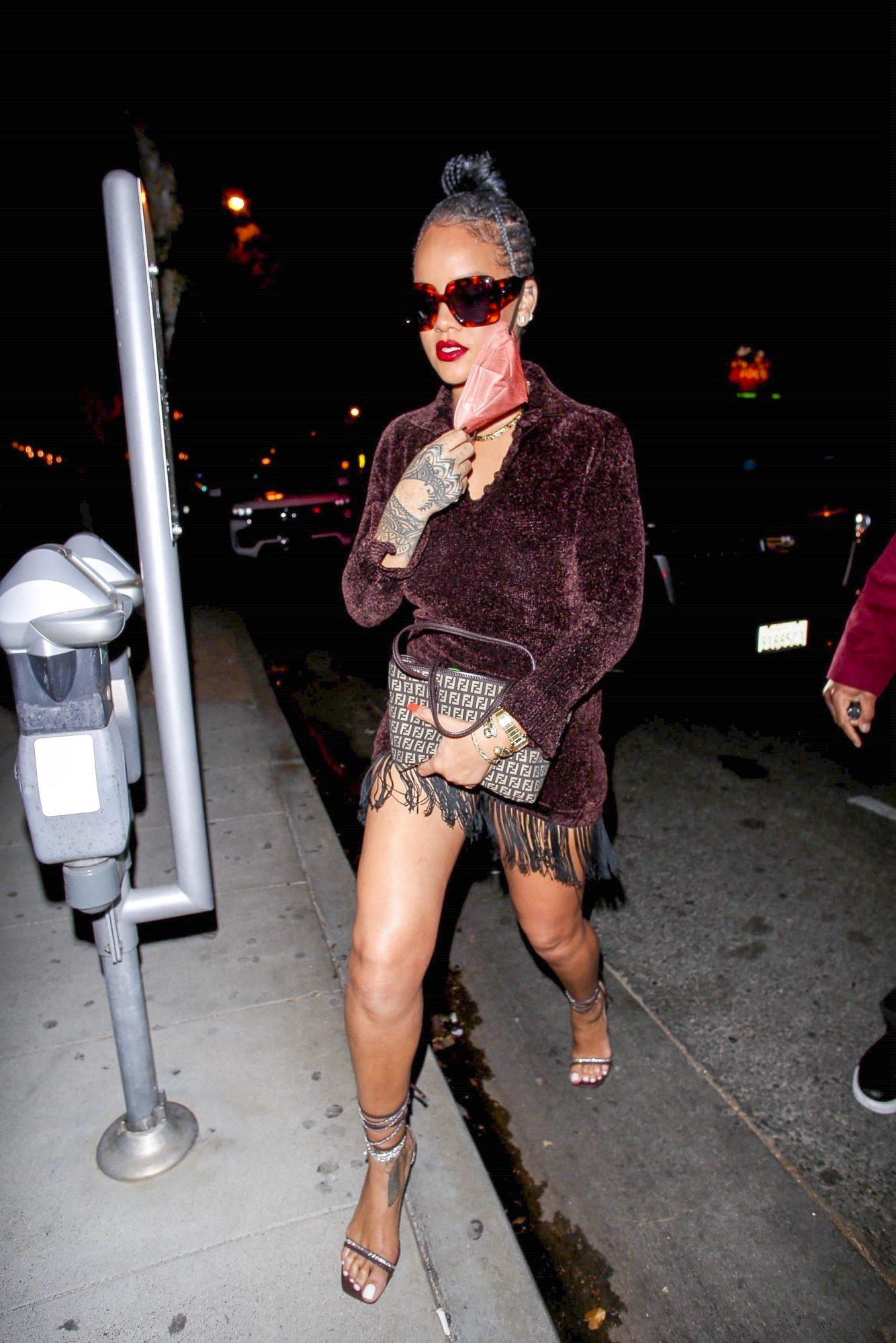 La cantante salió a cenar con este look de minivestido marrón con flecos y sandalias atadas al tobillo.