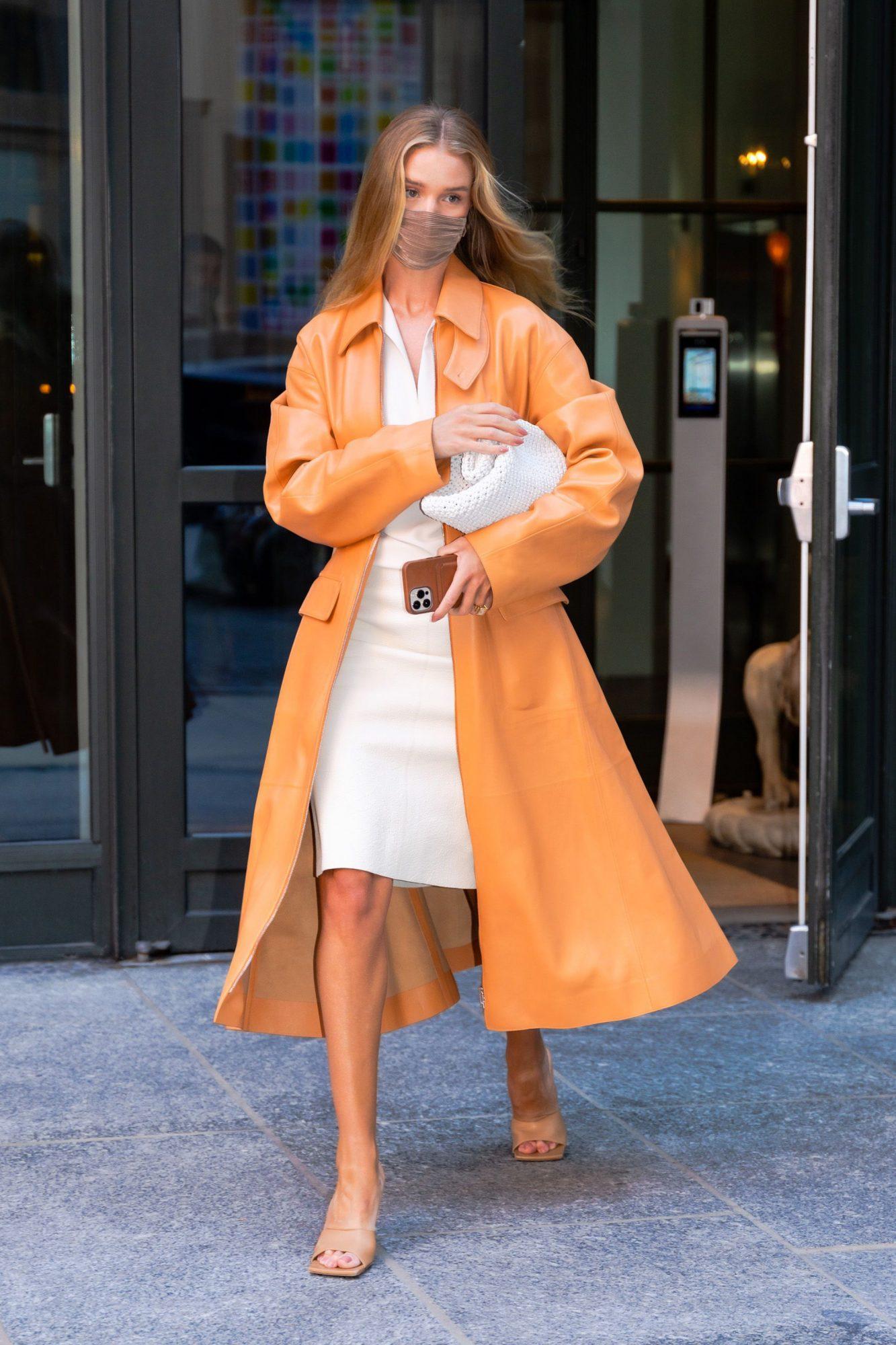 Rosie Huntington Whiteley, look del dia, Nueva York, abrigo naranja, vestido blanco