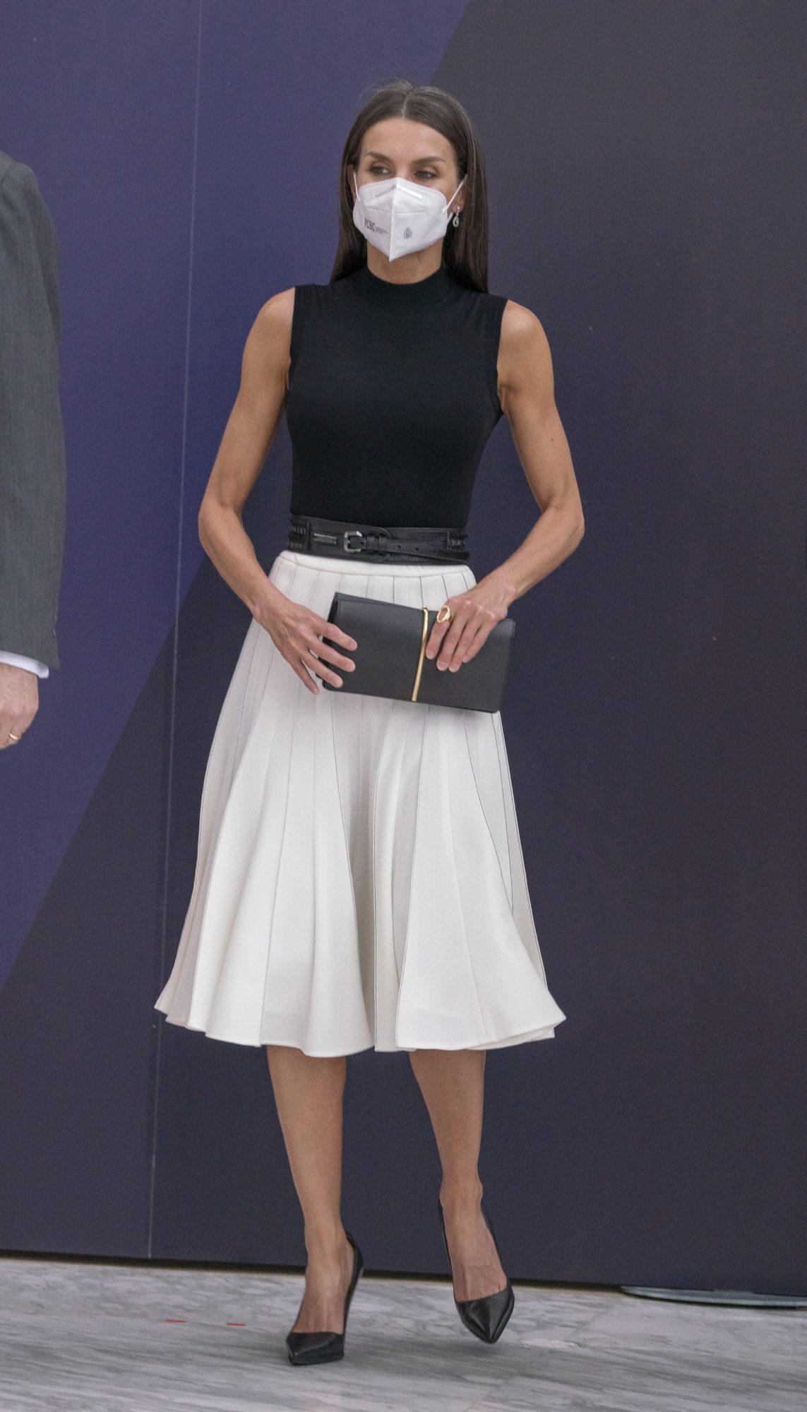 Reina Letizia, look del dia, falda blanca plisada