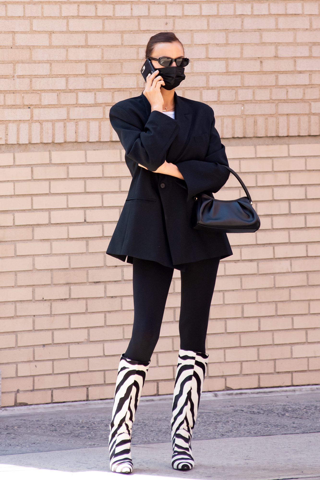 Irina Shayk, look del dia, look de negro, botas con estampado de zebra