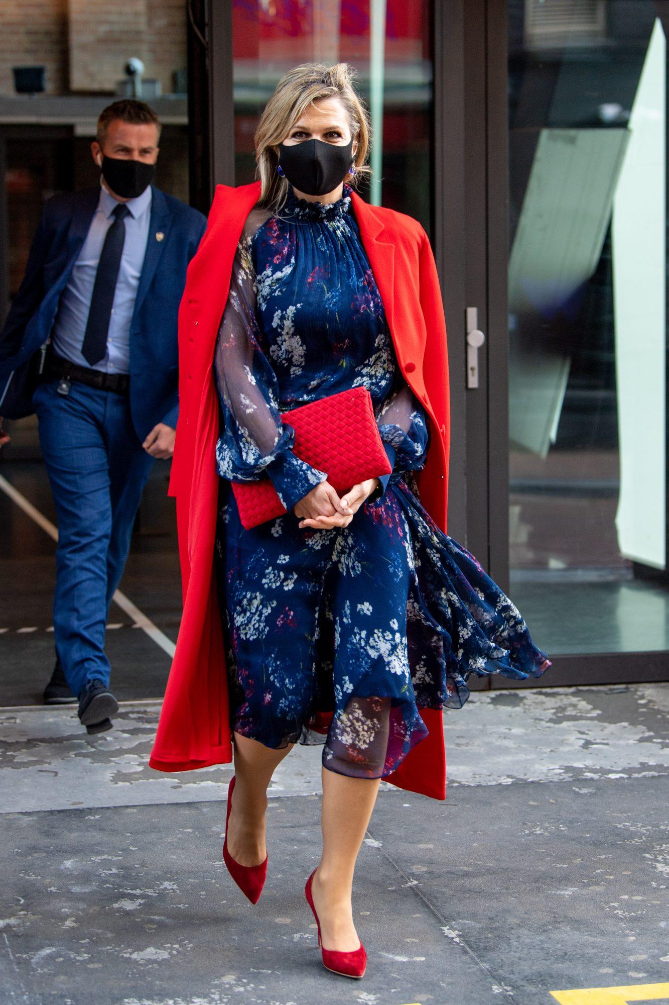 Reina Maxima, look del dia, vestido azul marino estampado, abrigo rojo