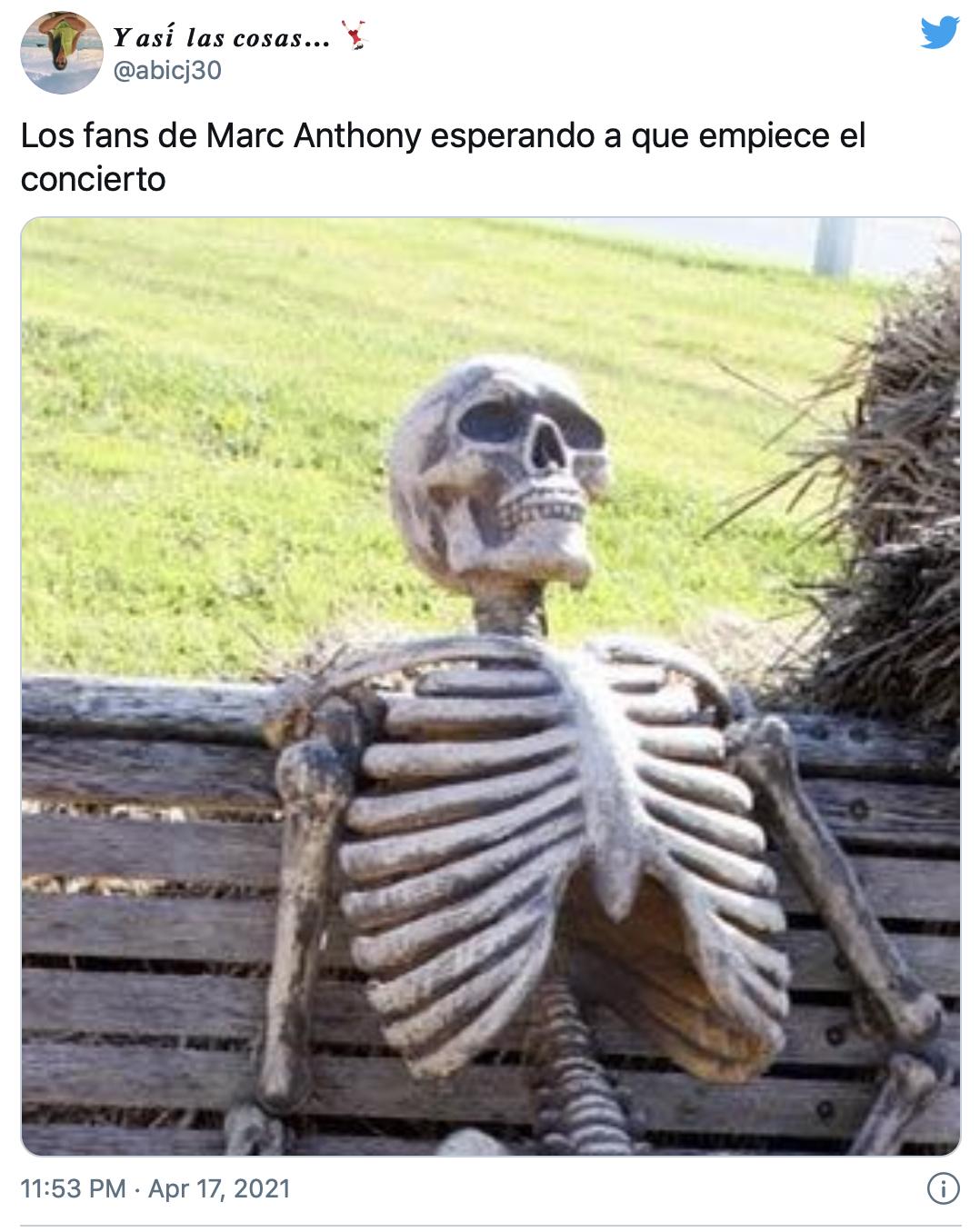 """""""Los fans de Marc Anthony esperando a que empiece el concierto"""", dice este meme que muestra a uno que murió en un banco esperando a que empezara el show."""