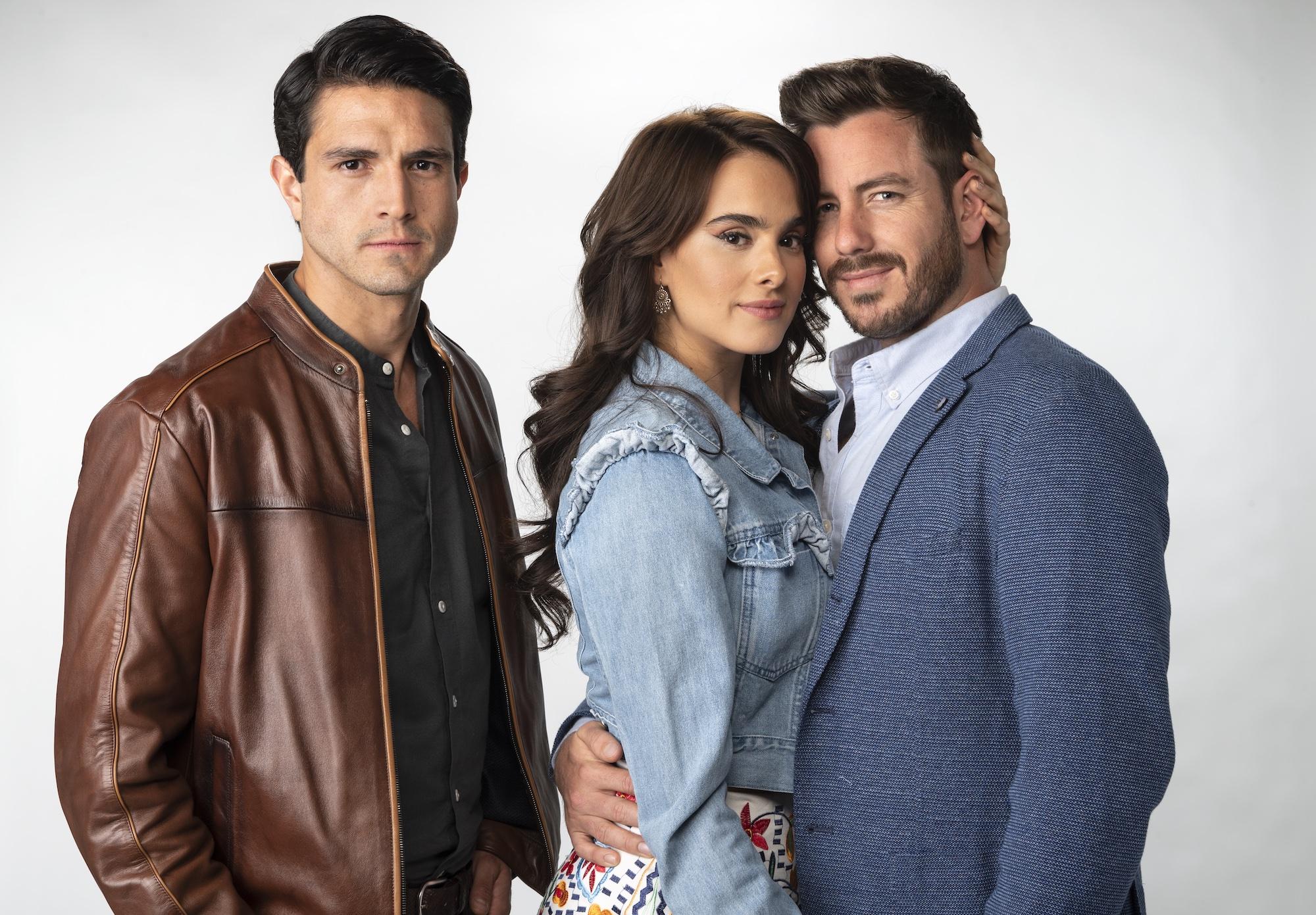 Juan Diego Covarrubias y Chris Pazcal lucharán por el amor de Gala Montes en la nueva telenovela de Univision Diseñando tu amor, historia que la cadena hispana estrenará el próximo lunes 26 de abril.