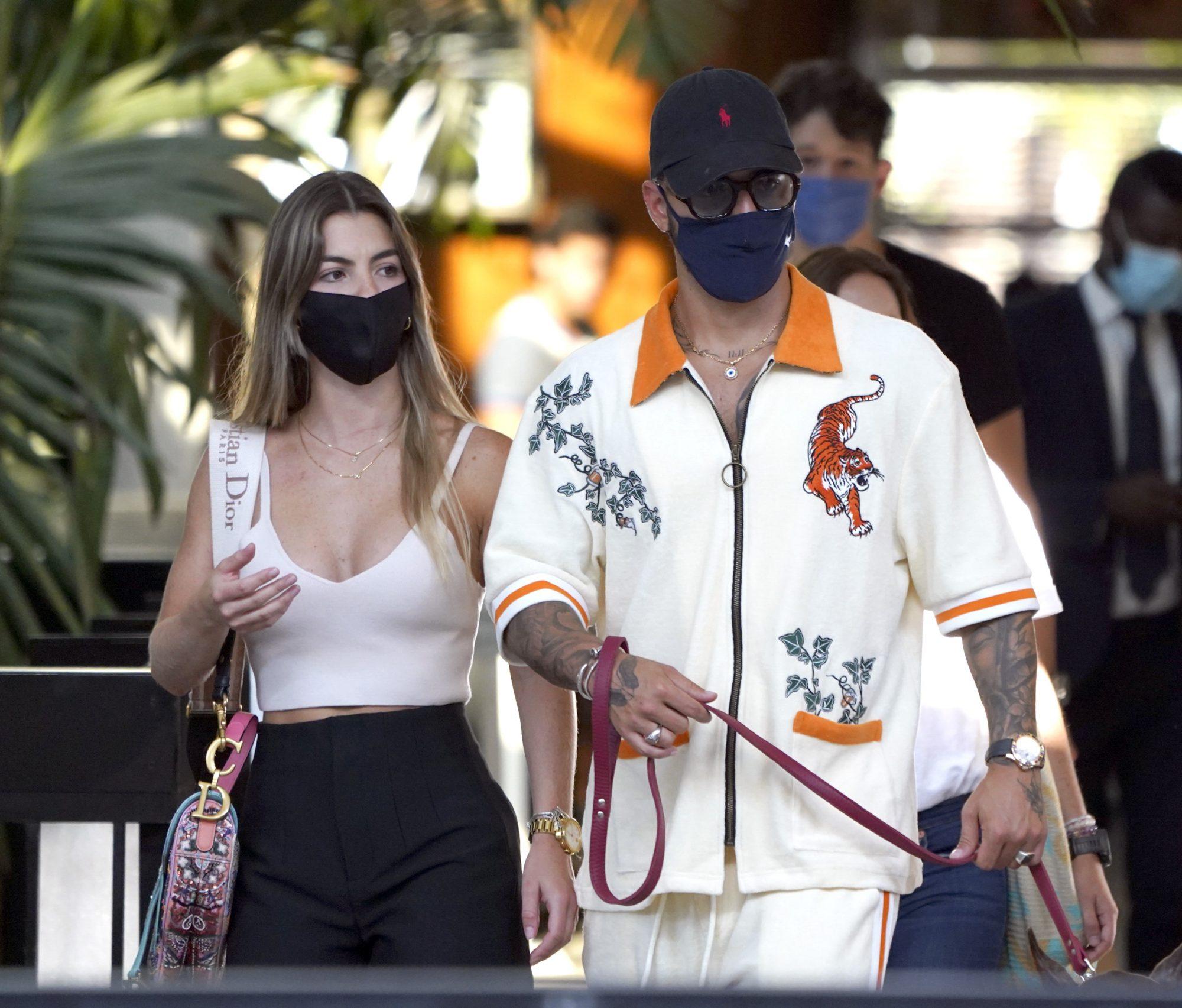 Maluma de compras en Miami junto a su novia y su perro