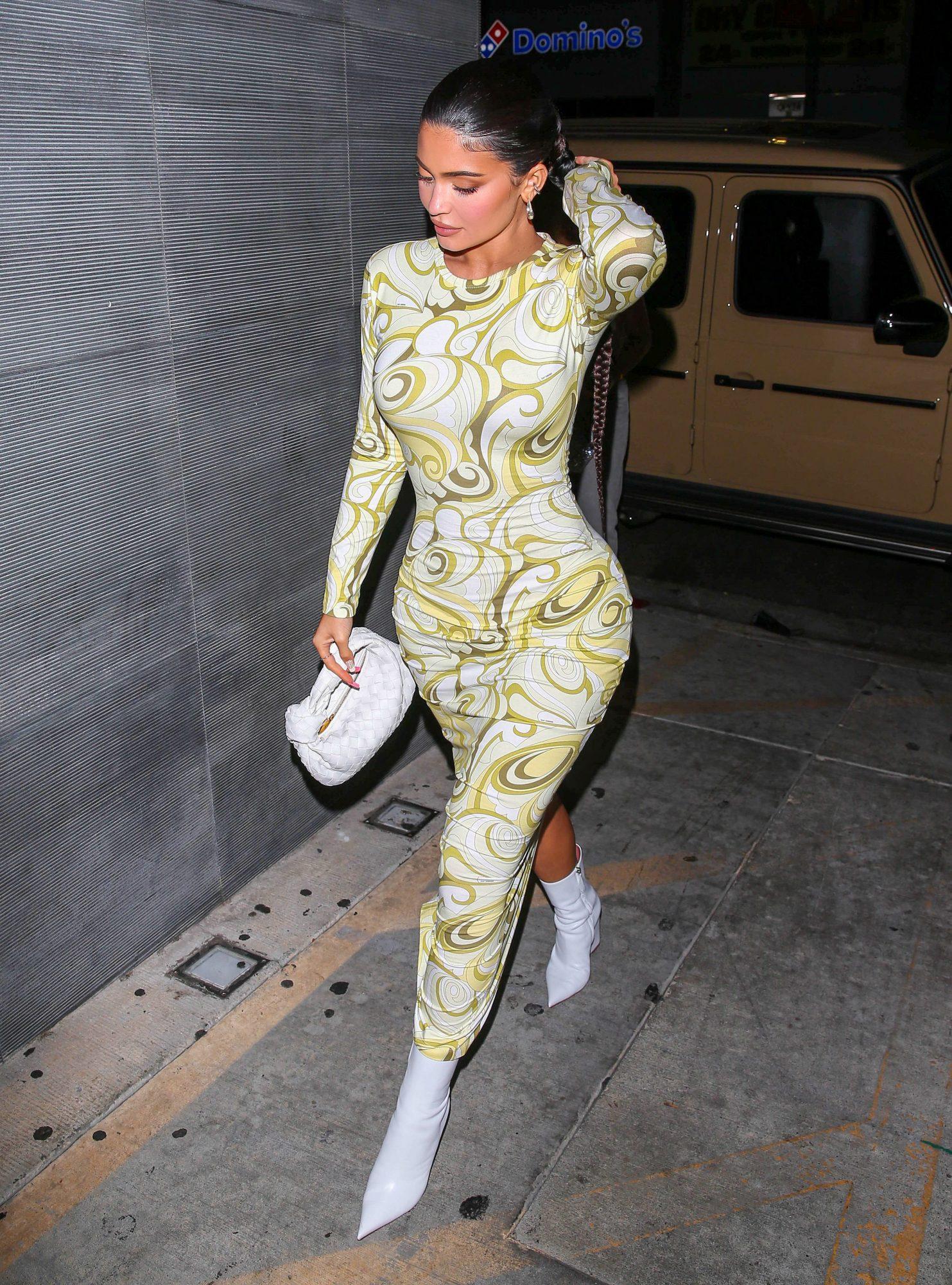 Kylie Jenner, vestido midi ceñido, los angeles