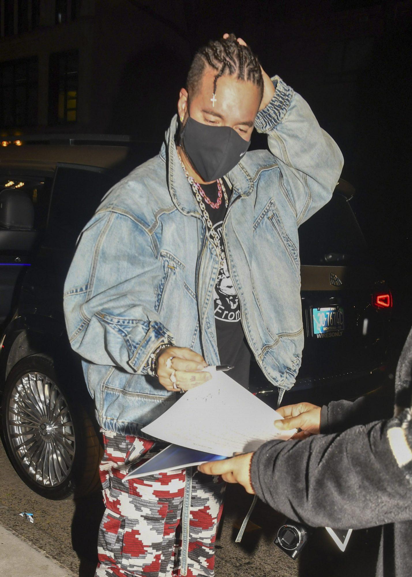 j balvin firmando autografos fans new york