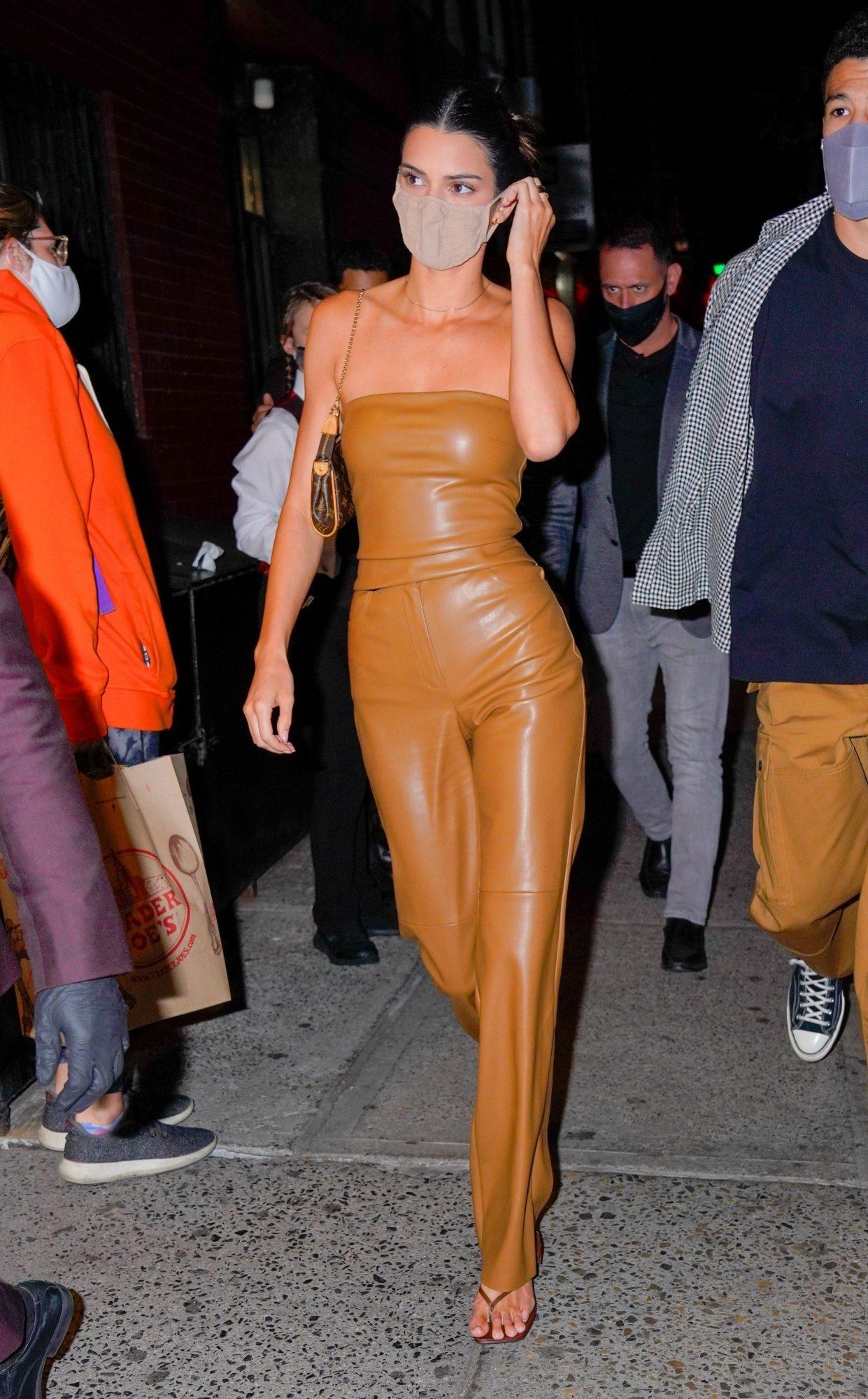 Kendall Jenner, look del dia, conjunto de cuero color camello