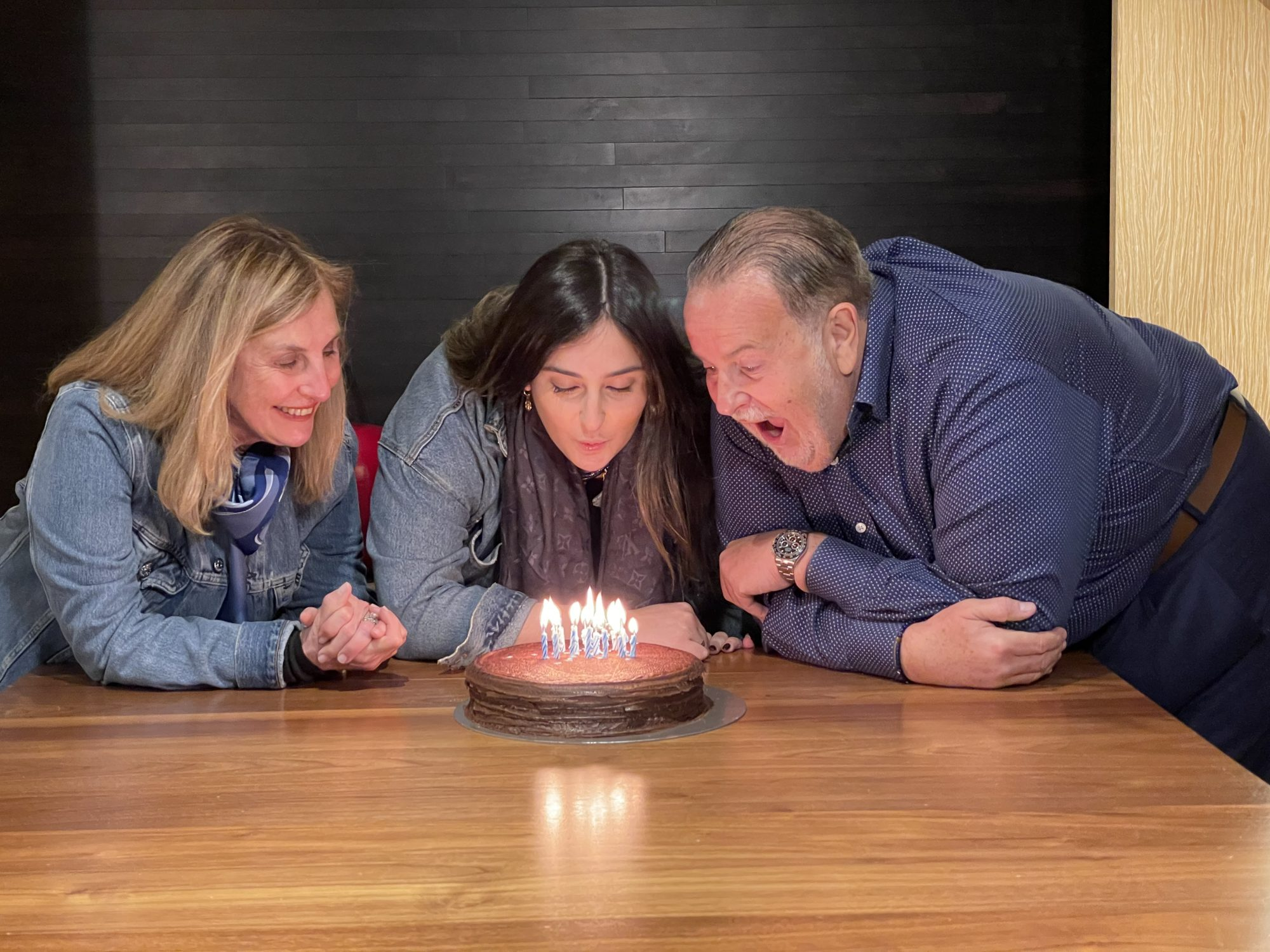 Raúl de Molina junto a su esposa e hija