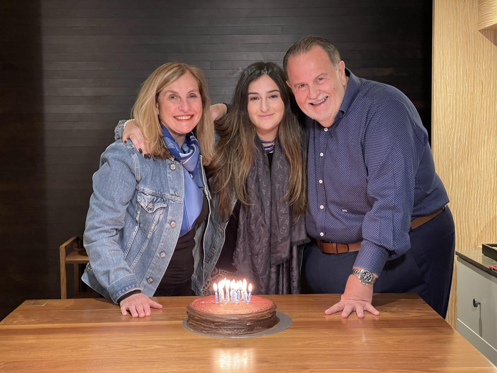Raúl de Molina junto a su esposa Millie e hija Mía