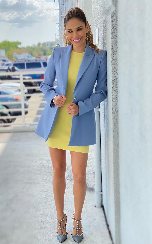 Karla Martinez, vestido amarillo, chaqueta azul, look del dia, despierta america