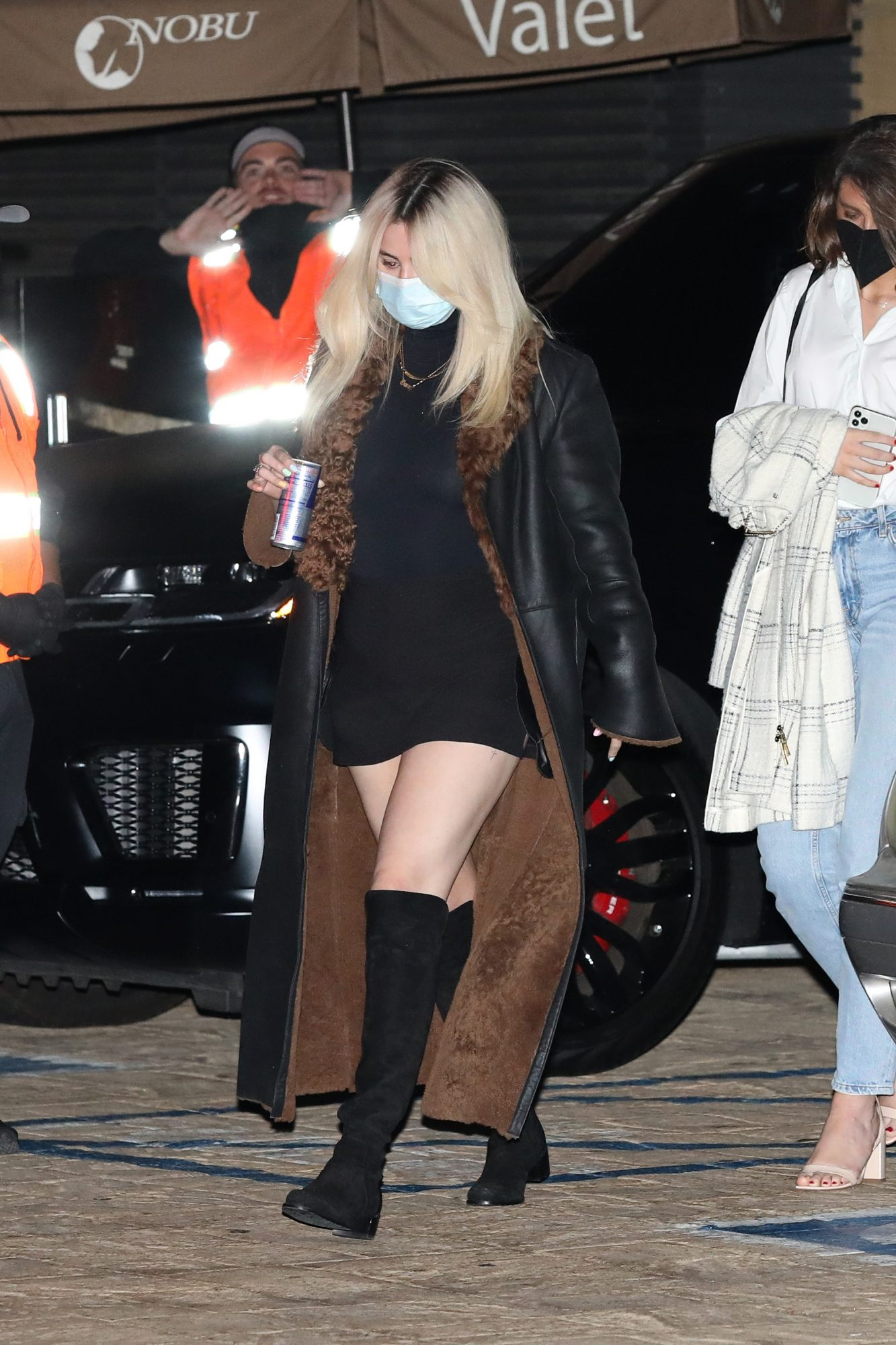 Selena Gomez, look del dia, minivestido negro, abrigo marron