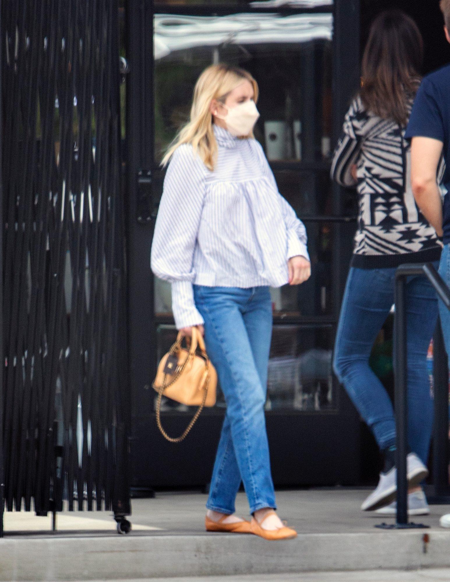 Emma Roberts, look del dia, jeans y blusa blanca