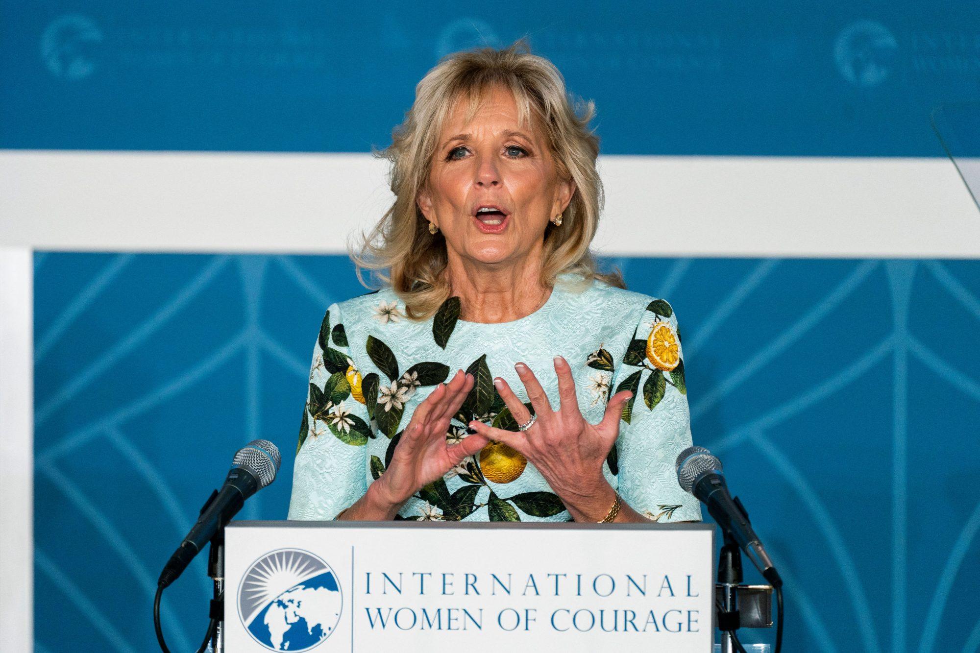 Jill Biden, entrevista con Hoy Dia, vestido oscar de la renta, vestido con estampado de limones