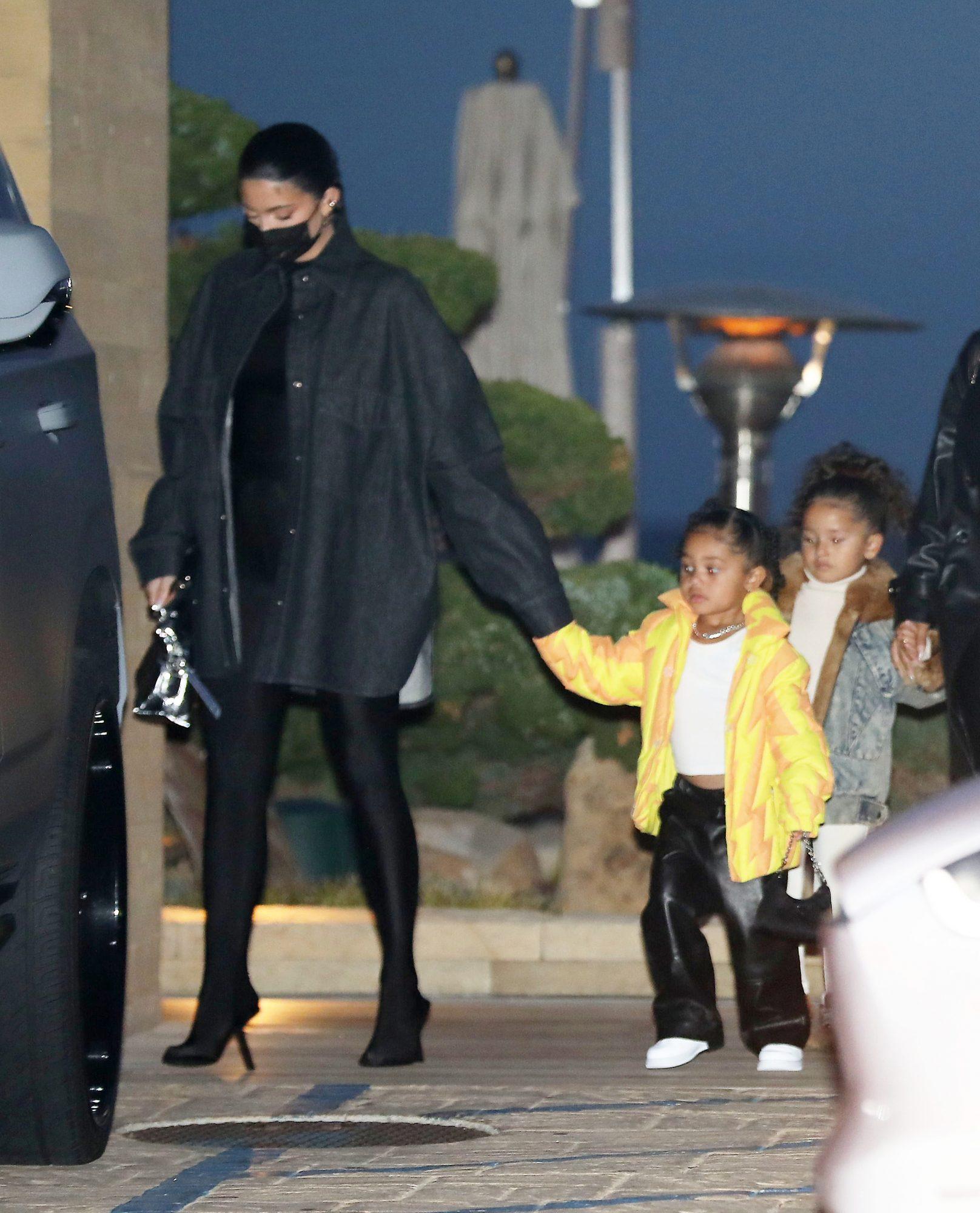 Kylie Jenner llegó a un restaurante en Los Ángeles acompañada de su hija Stormi, fruto de su relación con el rapero Travis Scott.
