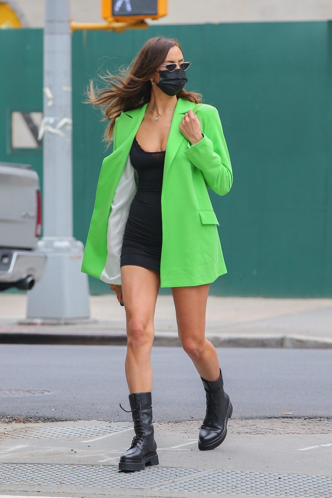 Irina Shayk, chaqueta verde neon, minivestido negro