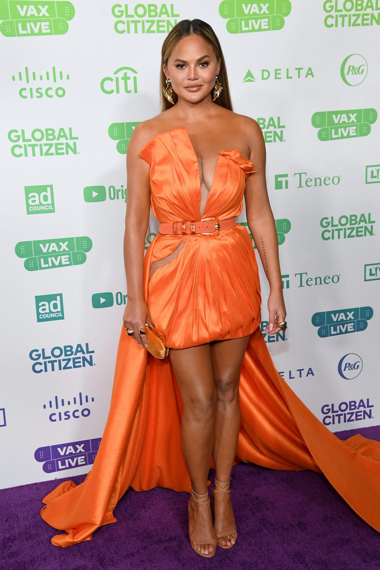 Chrissy Teigen, look del dia, vestido naranja