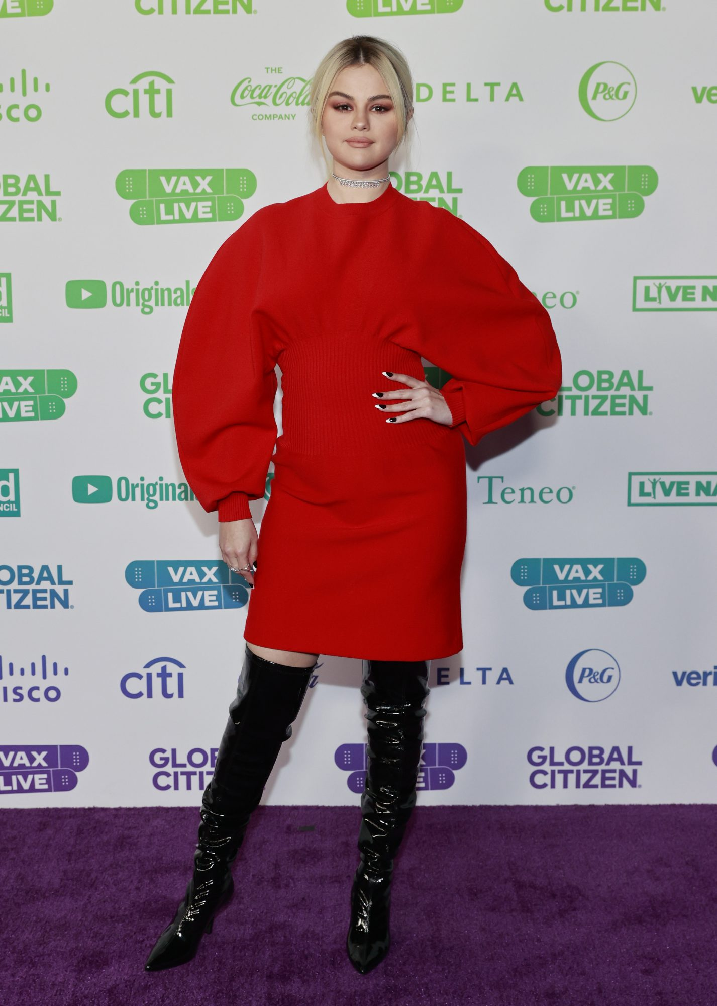selena gomez, look del dia, vestido rojo, botas negras