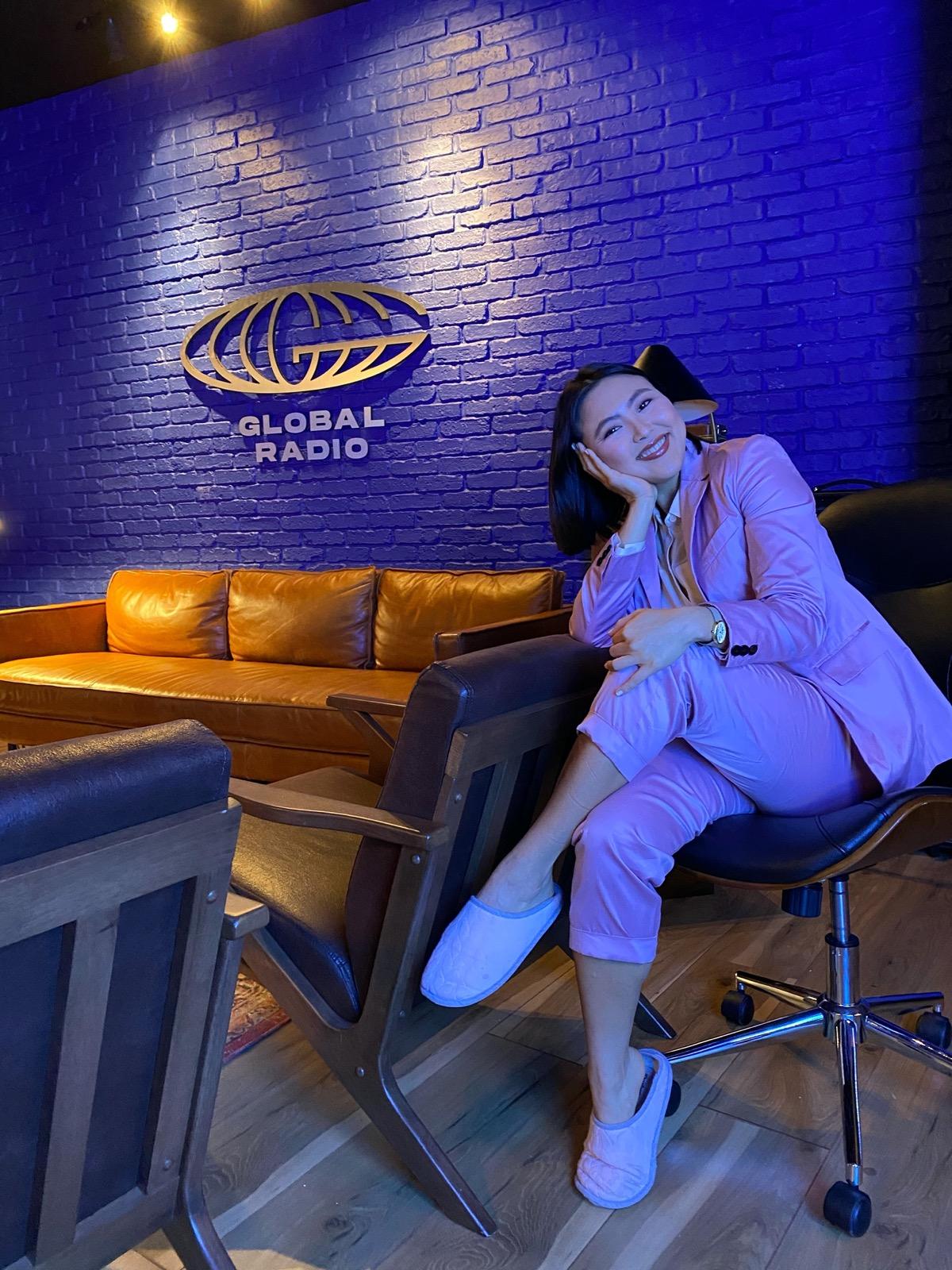 Mika Kubo detrás de cámaras en el set de Global Radio