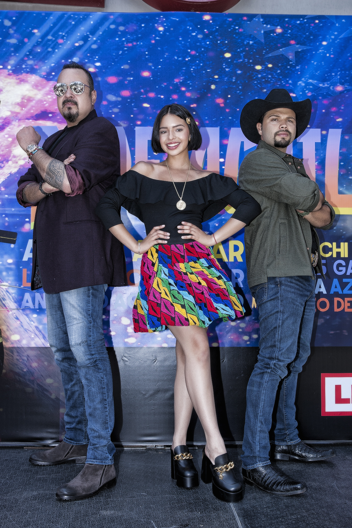 Angela Aguilar, look del dia, minifalda estampada