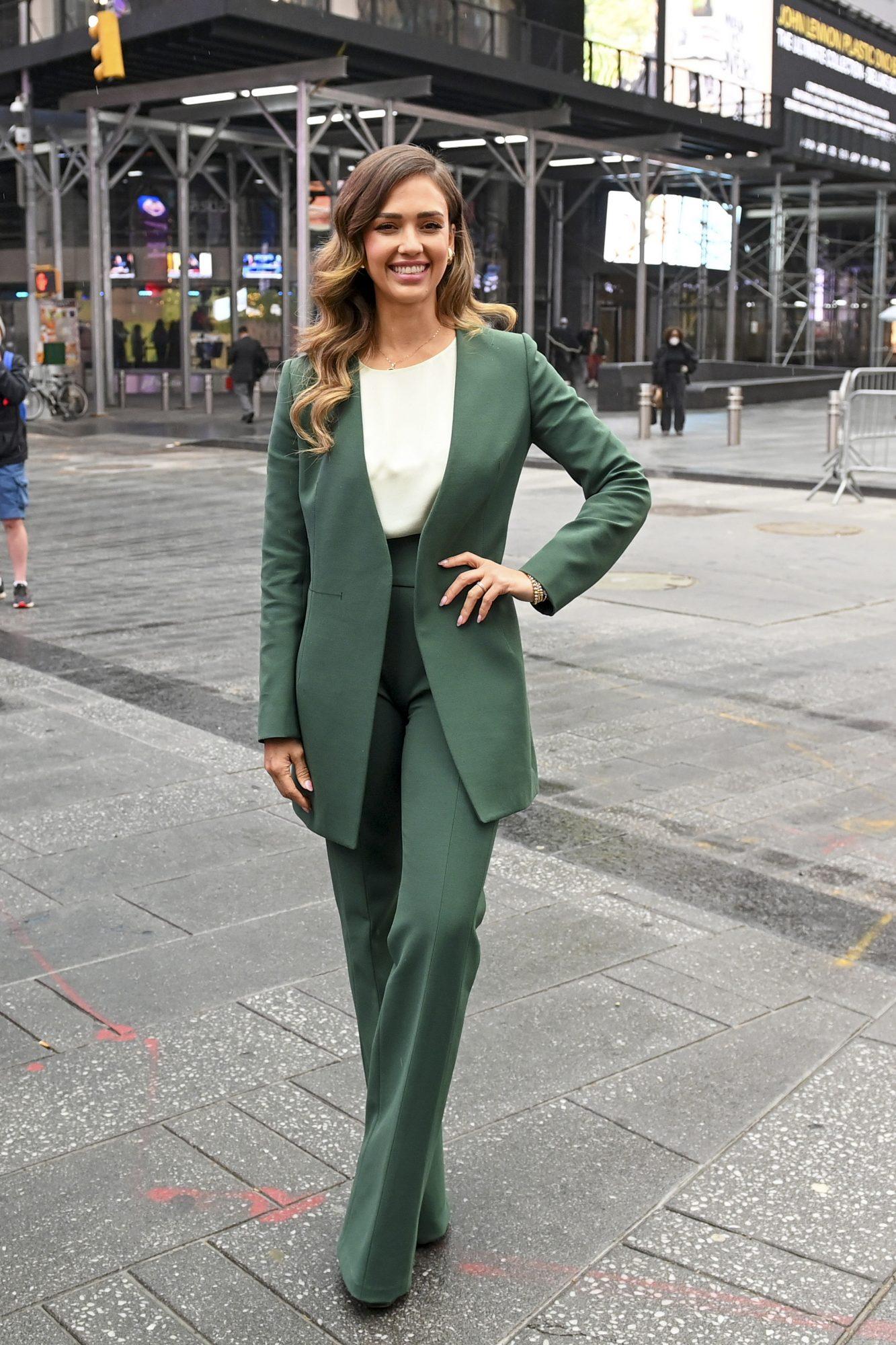 Jessica Alba, look del dia, conjunto verde de pantalon y chaqueta, new york