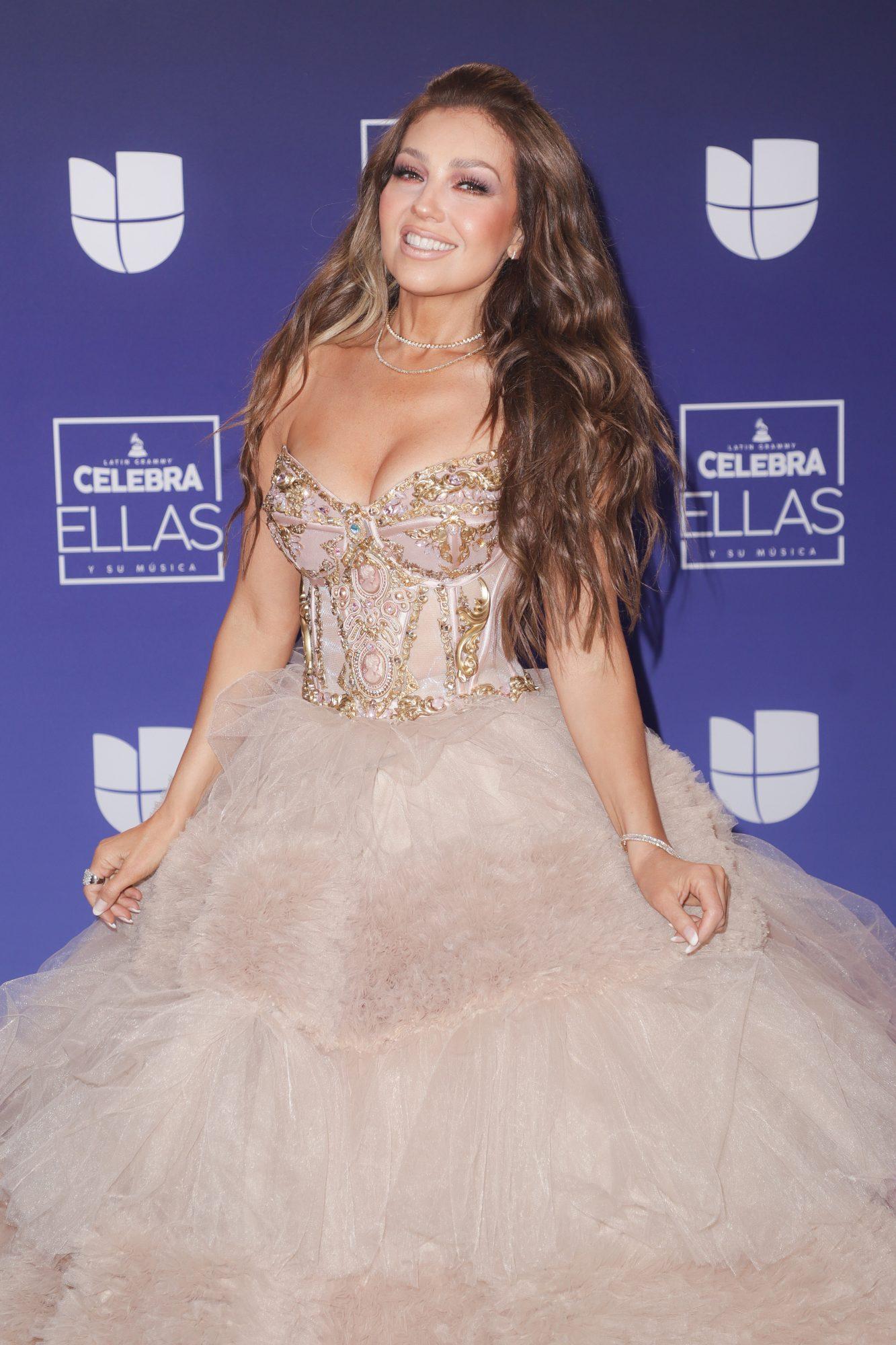 Thalía en Latin Grammy celebra ellas vestidos
